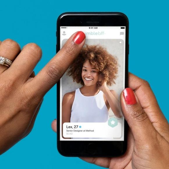 Usuario desliza a la derecha en su móvil para indicar que le gusta una persona.