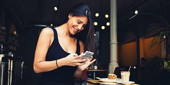 Chica utilizando la aplicación de Bumble opiniones en su móvil personal