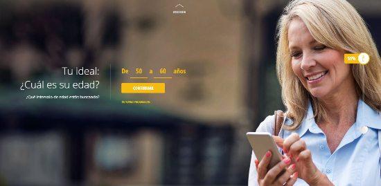 Mujer rubia adulta se registra en Ourtime por medio de su teléfono móvil