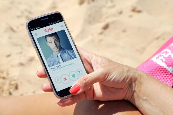 Aplicación para ligar Tinder en un teléfono móvil