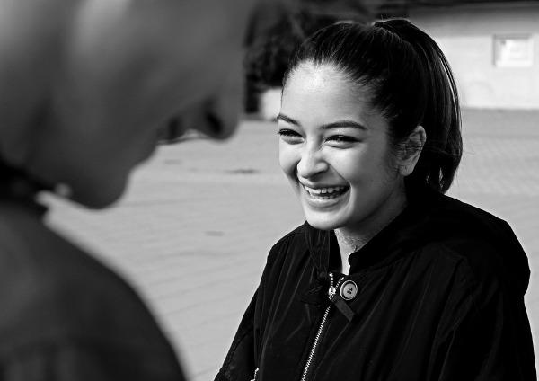 Chica sonriente frente a un hombre