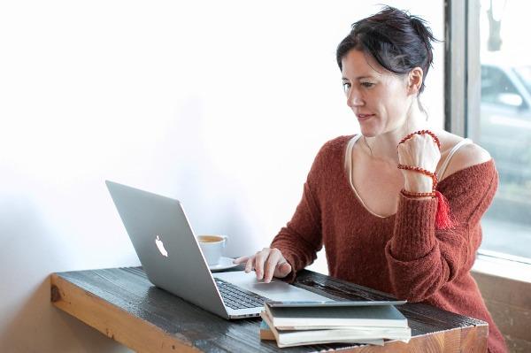 Mujer adulta usando laptop para buscar pareja