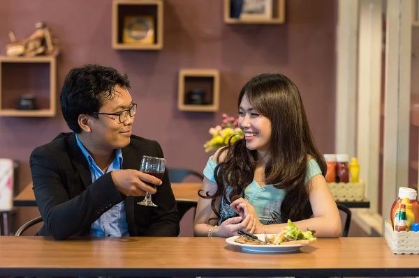 Conversación pareja en restaurante con plato servido
