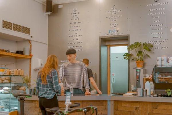 Cómo romper el hielo con una chica: mostrador de una tienda con hombre y mujer
